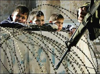 Ragazzi a Gaza - Gaza boys fenced in - AlphaBetaUnlimited - riotta.it